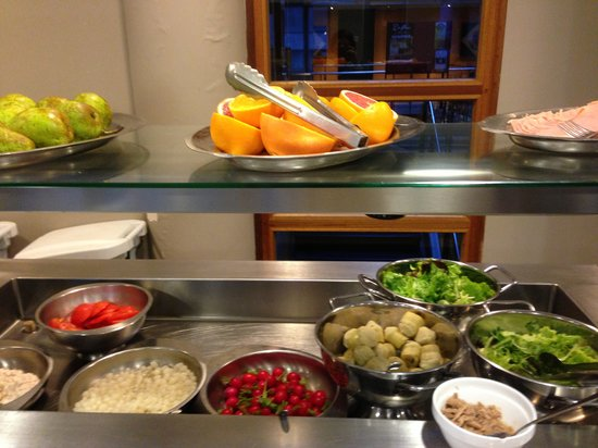 Auberge de jeunesse Sleep Well : Fruits and greens for breakfast