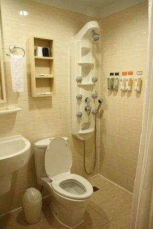 Kindness Hotel - Min Sheng: 'Fancy' shower in the bathroom