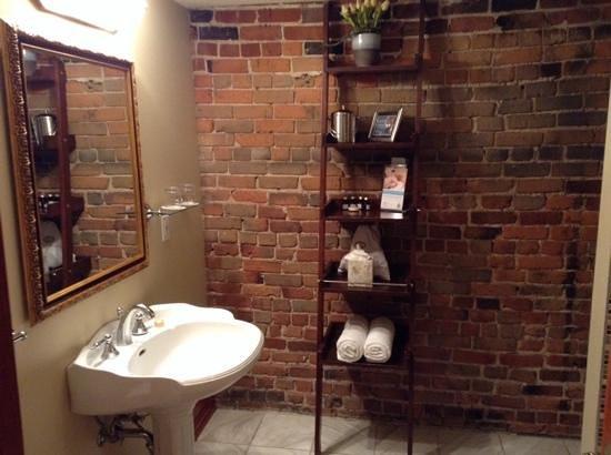 Auberge du Vieux-Port: cozy bathrooms