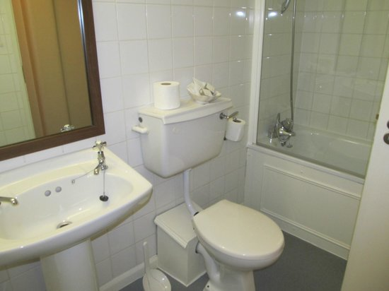 Royal Oxford Hotel: Bathroom with a bath/shower