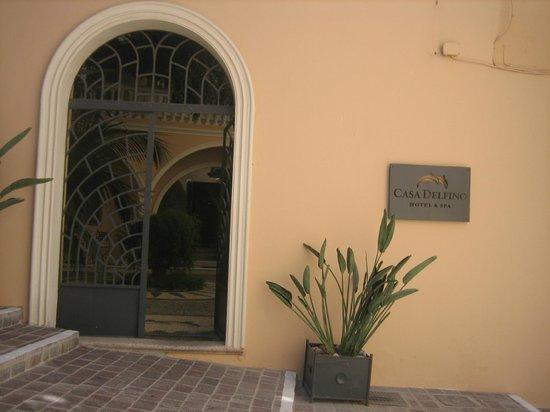 Casa Delfino Hotel & Spa: Entrance off a lovely cobblestone walk street.