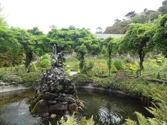 Bantry House & Garden: Fountain at the base of 100 steps