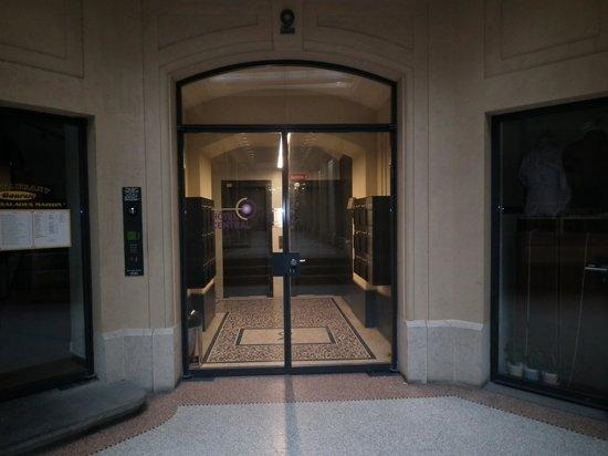 Hotel Central: 一階のホテル入り口、奥のエレベーターで6階のフロントへ行きます