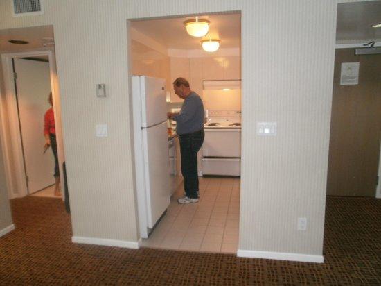 Landis Hotel & Suites: kitchen in suite