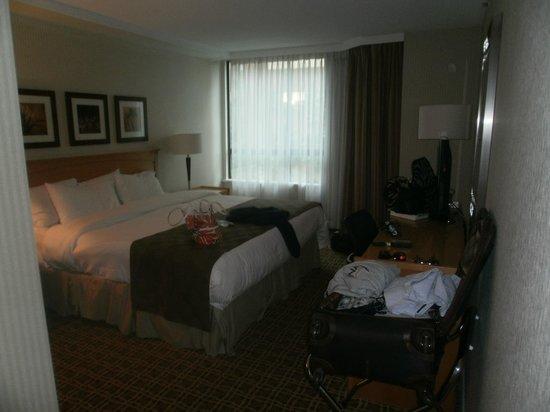 Landis Hotel & Suites: larger bedroom