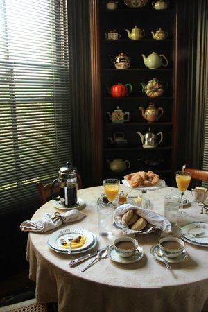 Captain Haskell's Octagon House: breakfast in the morning