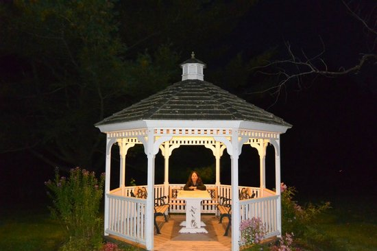 Innsbruck Inn At Stowe : Gazebo on Property