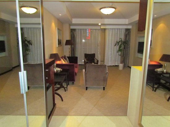 Xian Titan Times Hotel: View of loung area from front door