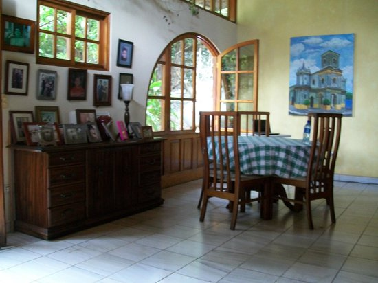 Managua Hills Bed and Breakfast: Comfortable lobby with great cross breeze