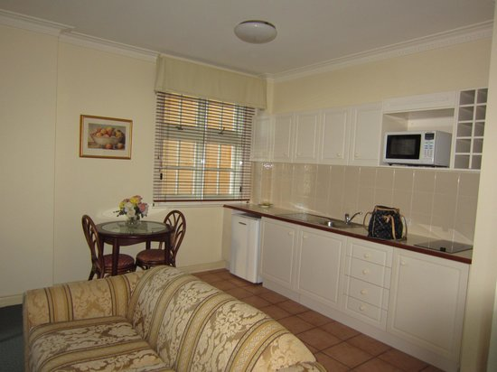 ULTIQA Rothbury Hotel: Kitchen Room 401