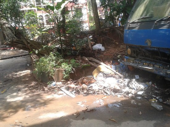 Falcon Resorts: Garbage beside Hotel parking space
