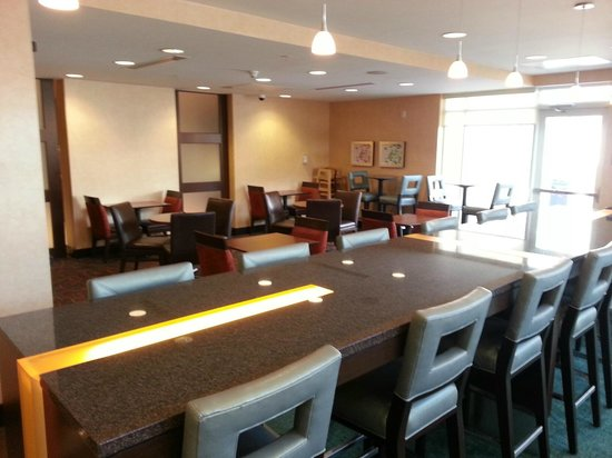 Residence Inn Pittsburgh Monroeville/Wilkins Township: Seating area for breakfast/managers reception