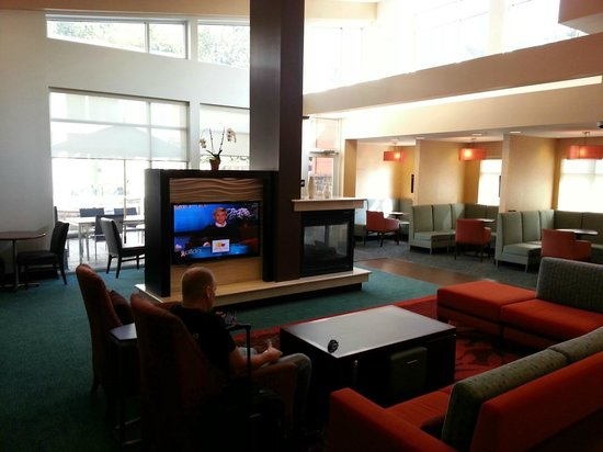 Residence Inn Pittsburgh Monroeville/Wilkins Township: Lobby seating area with TV