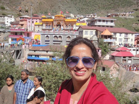 Devi Darshan Lodge: Badrinath temple in the back