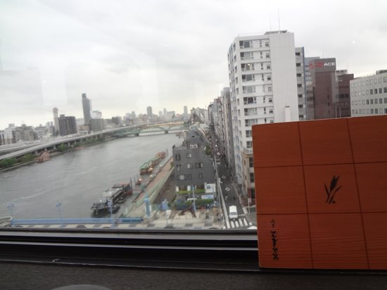 Asakusa Mugitoro Honten: こちら側は墨田川。
