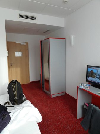 Ibis Styles Berlin Alexanderplatz: Room from window back to doorway