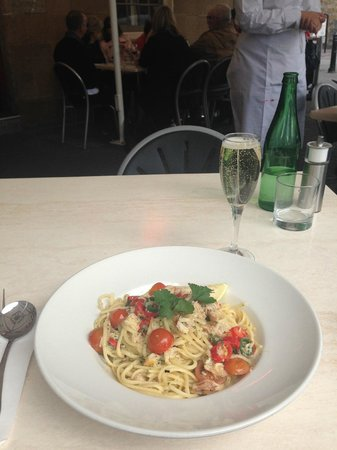 Maldini Cafe Restaurant: Linguine with Crab and chilli, glass of Tasmanian Sparkling