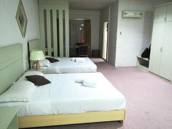 Promenade Hotel Apartments: 空いてる部屋がなかったので一人でしたがファミリー部屋で…。