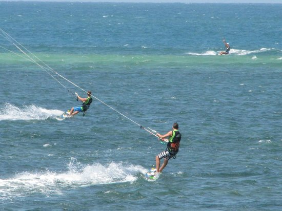 Driftwood Beach Club: kiting in front of hotel