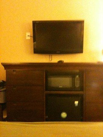 Holiday Inn Express Savannah-Historic District : tv, microwave, mini fridge
