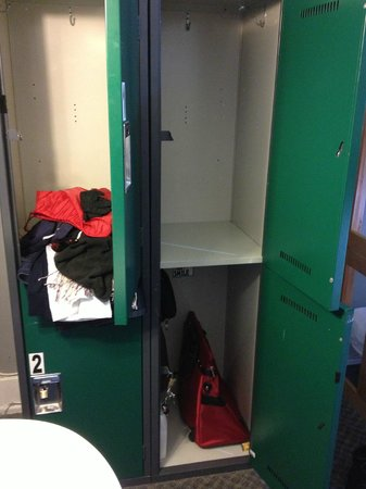 Hostelling International Vancouver Central : Room Lockers