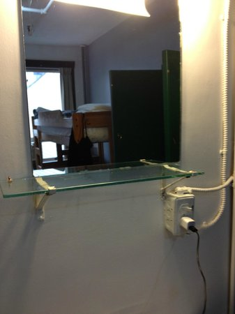 Hostelling International Vancouver Central: Mirror and Sink in Room