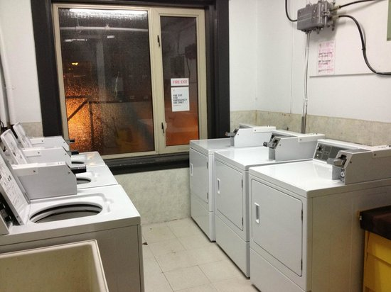 Hostelling International Vancouver Central : Laundry Room
