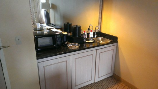 Chicago Marriott Suites Deerfield: Wet bar with mini fridge