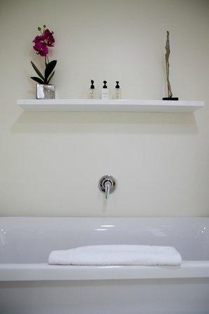 The Clarendon Bantry Bay : Bathroom