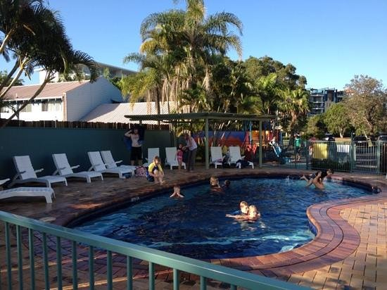 Alex Beach Cabins & Tourist Park: pool in the late afternoon