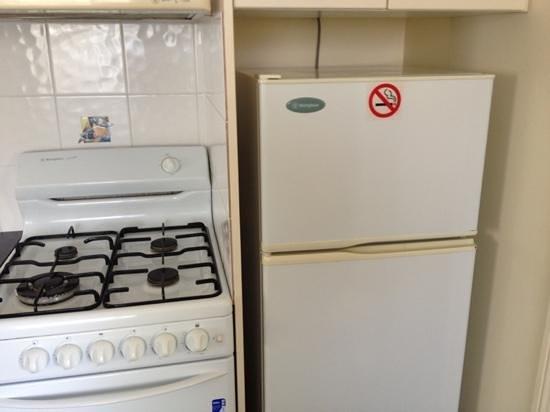 Alex Beach Cabins & Tourist Park : kitchen appliances in 2 bed villa