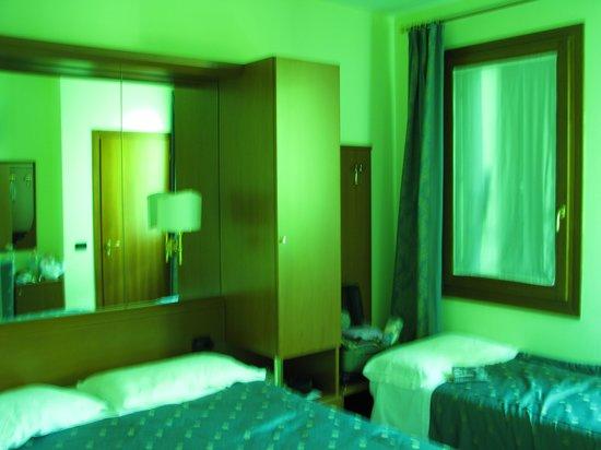 Cris Hotel: Twin Room First Floor
