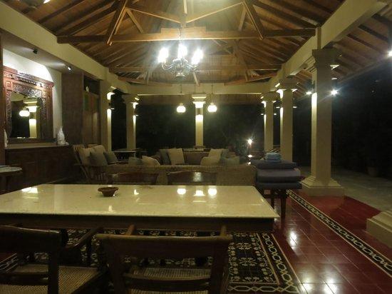 Cangkringan Jogja Villas & Spa : The recreation room next to the swimming pools
