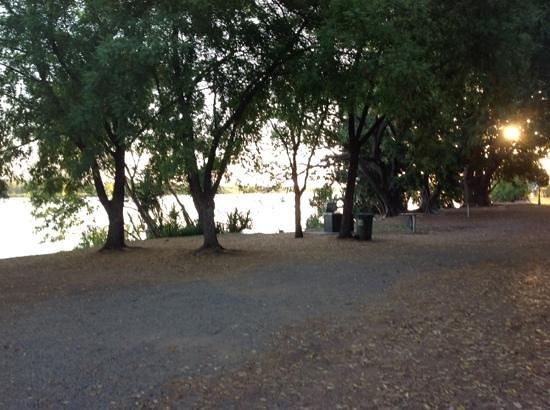 Discovery Parks - Lake Kununurra: bbq area near water