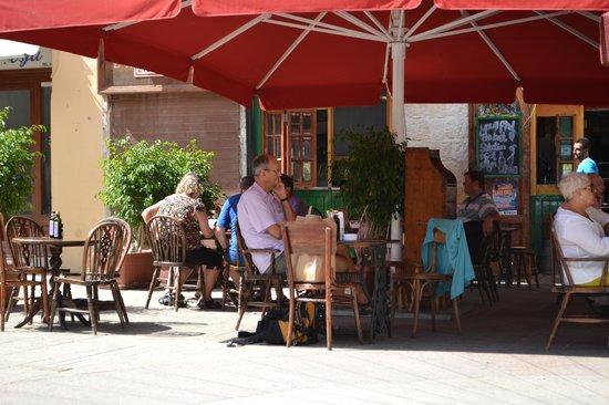 The Grapes Wines Bar: tavolini all'aperto