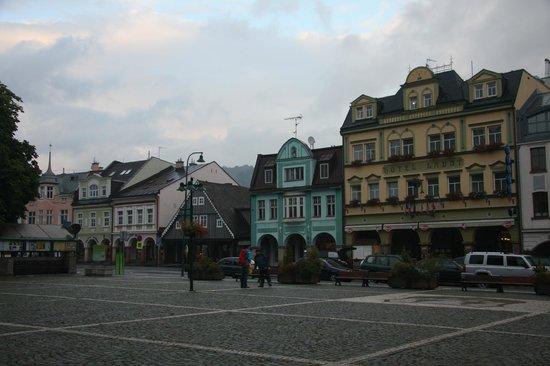 Hotel Labut: Hôtel Labut (à droite sur la photo)