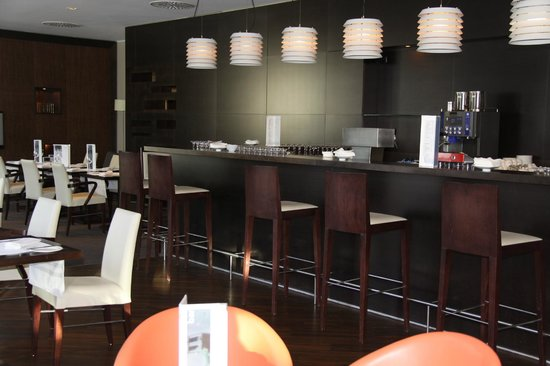 NH Frankfurt Airport: Bar area..