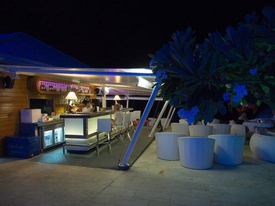 Beluga Boutique Hotel: Бар ночью