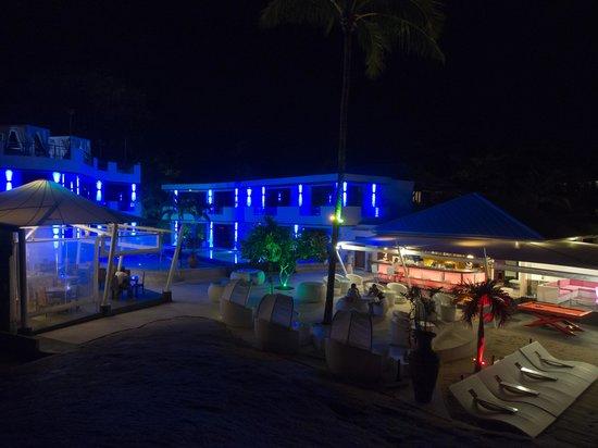 Beluga Boutique Hotel: Территория отеля ночью