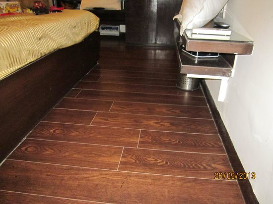 Hotel Crystal Inn: wooden flooring