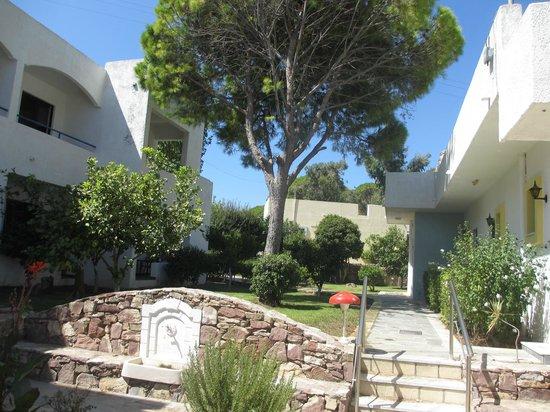 Ladiko Hotel: photo prise direction jardin depuis le devant de l'hôtel