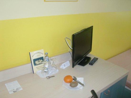 Hotel Weißer Schwan: Schreibtisch mit TV