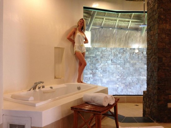 Friday's Boracay : The bathroom in the premier suite