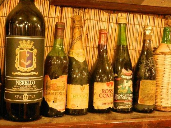 Ristorante La Tavernetta: Alcune bottiglie antiche sugli scaffali