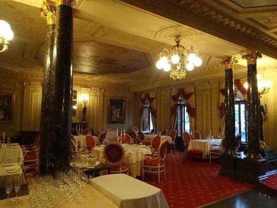 Taleon Imperial Hotel: Gourmet Taleon Restaurant, so elegant & palatial.