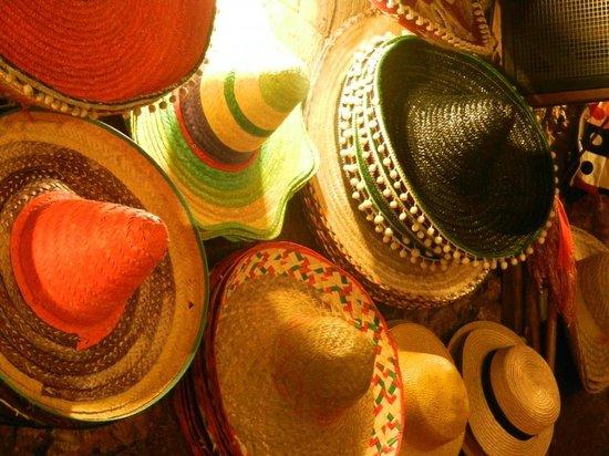 Ristorante La Tavernetta: Sombreri per gli ospiti nelle serate di karaoke