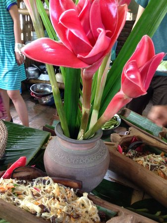 """Vanvisa Guesthouse : """"Da-hla"""" (the pinkish flower) not just for decoration.  Fried noodles with bamboo shoot & fungus"""