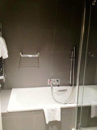 NH Collection Roma Vittorio Veneto : Particolari nel locale bagno + doccia nella suite 701