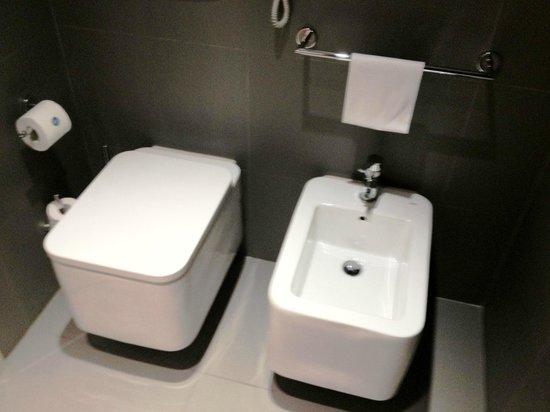 NH Collection Roma Vittorio Veneto: Water e bidet nella suite 701