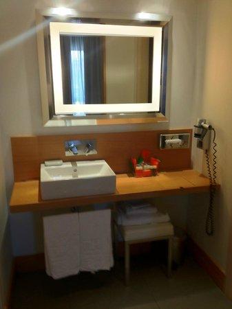 NH Collection Roma Vittorio Veneto: Il locale con lavabo e specchio da star nella suite 701